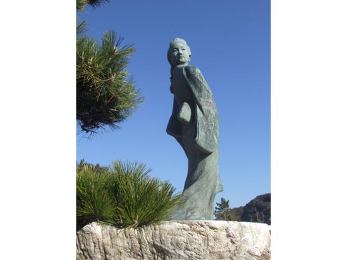 見返り美人ブロンズ像