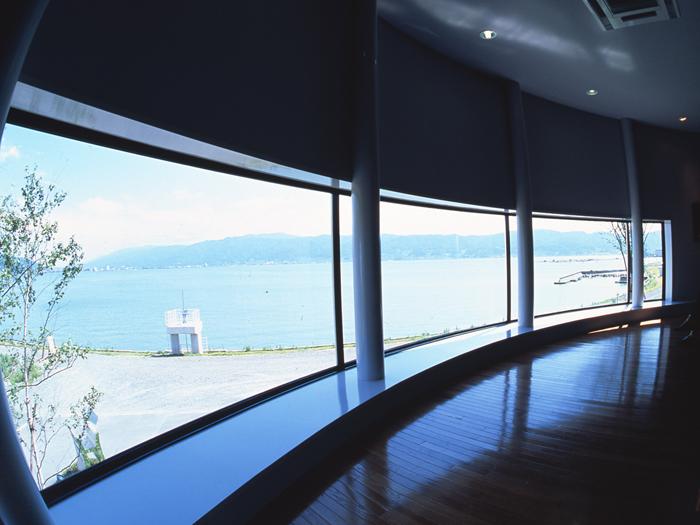 大きな窓から諏訪湖を一望