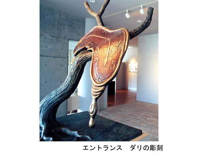 エントランス ダリの彫刻