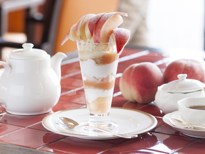 夏限定の桃パフェ