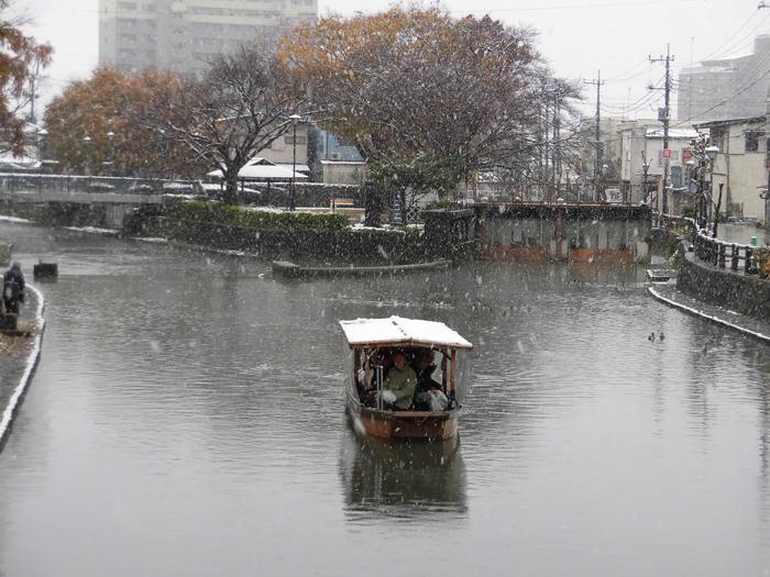 雪が舞う巴波川