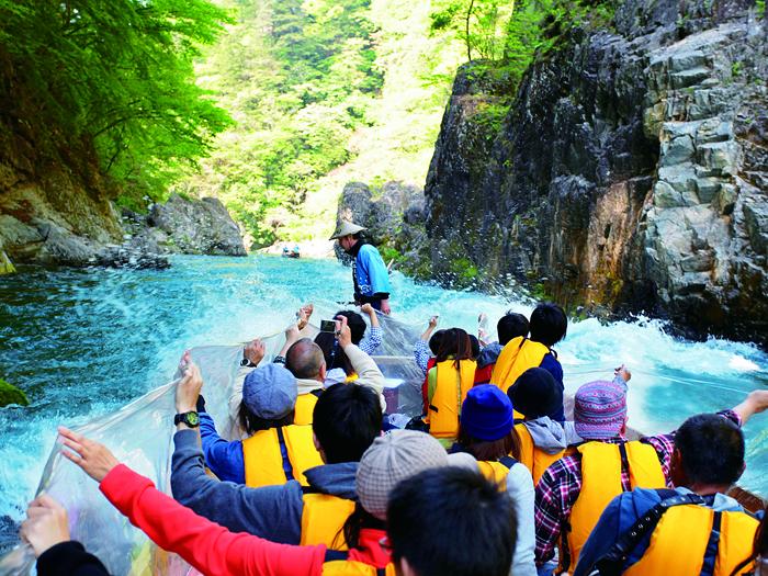 迫力満点の川下りを体験!