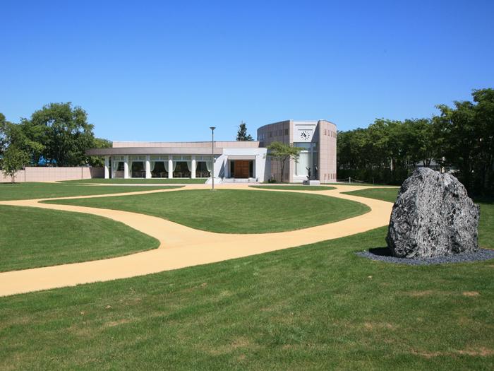 美術館の庭に配された巨大な十勝石
