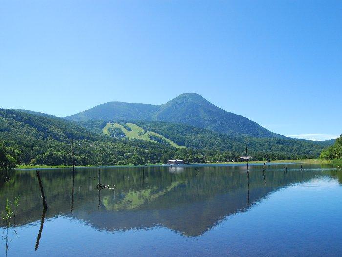 蓼科山の優美な山容を水面に映す女神湖