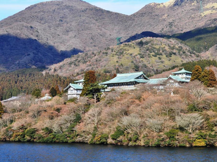 芦ノ湖からの龍宮殿本館(夏)