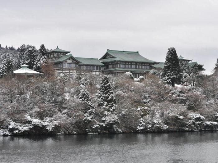 芦ノ湖からの龍宮殿本館(冬)