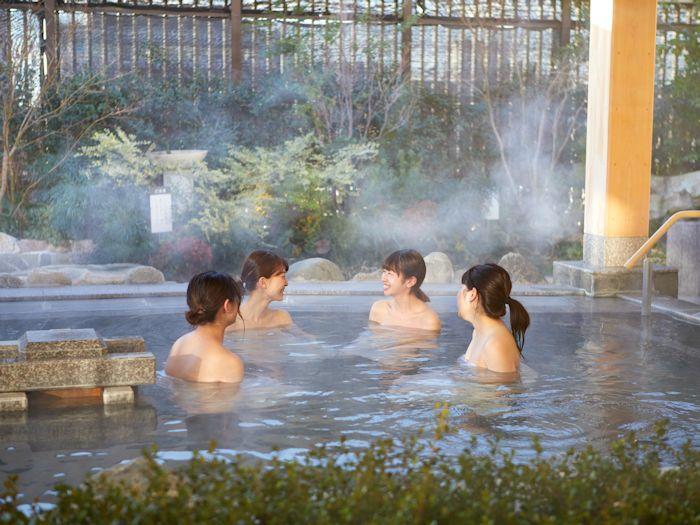 優雅な庭園を眺めながら入る露天風呂