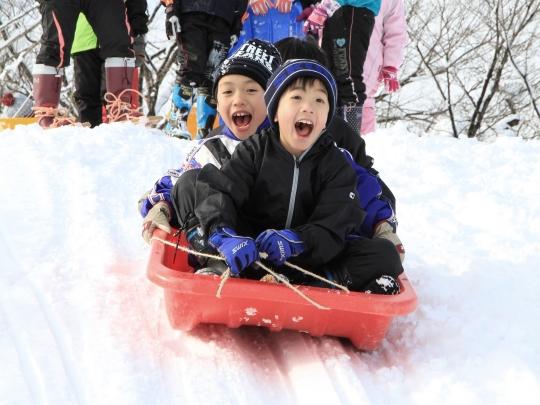 [終了]豪雪津南で雪ガキになろう!~雪のヒミツ基地を作ろう~[宿泊付き・現地発着/かまくら&雪遊び/募集型企画旅行]